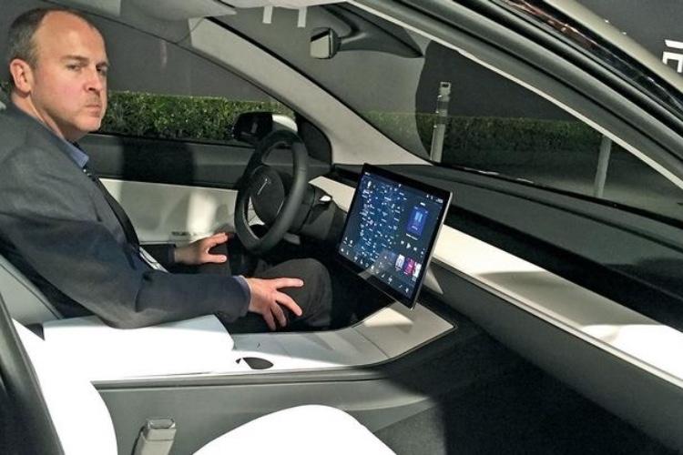 Apple réembauche Doug Field, le responsable ingénierie deTesla