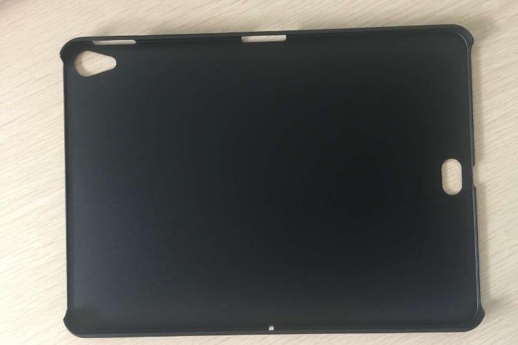 Une coque supposée pour iPad avec une ouverture au dos pour le Smart Connector